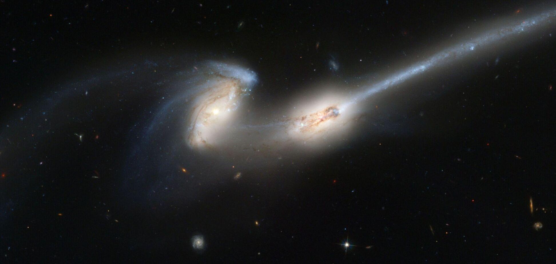 Ученые NASA cфотографировали отдаленную галактику-дугу