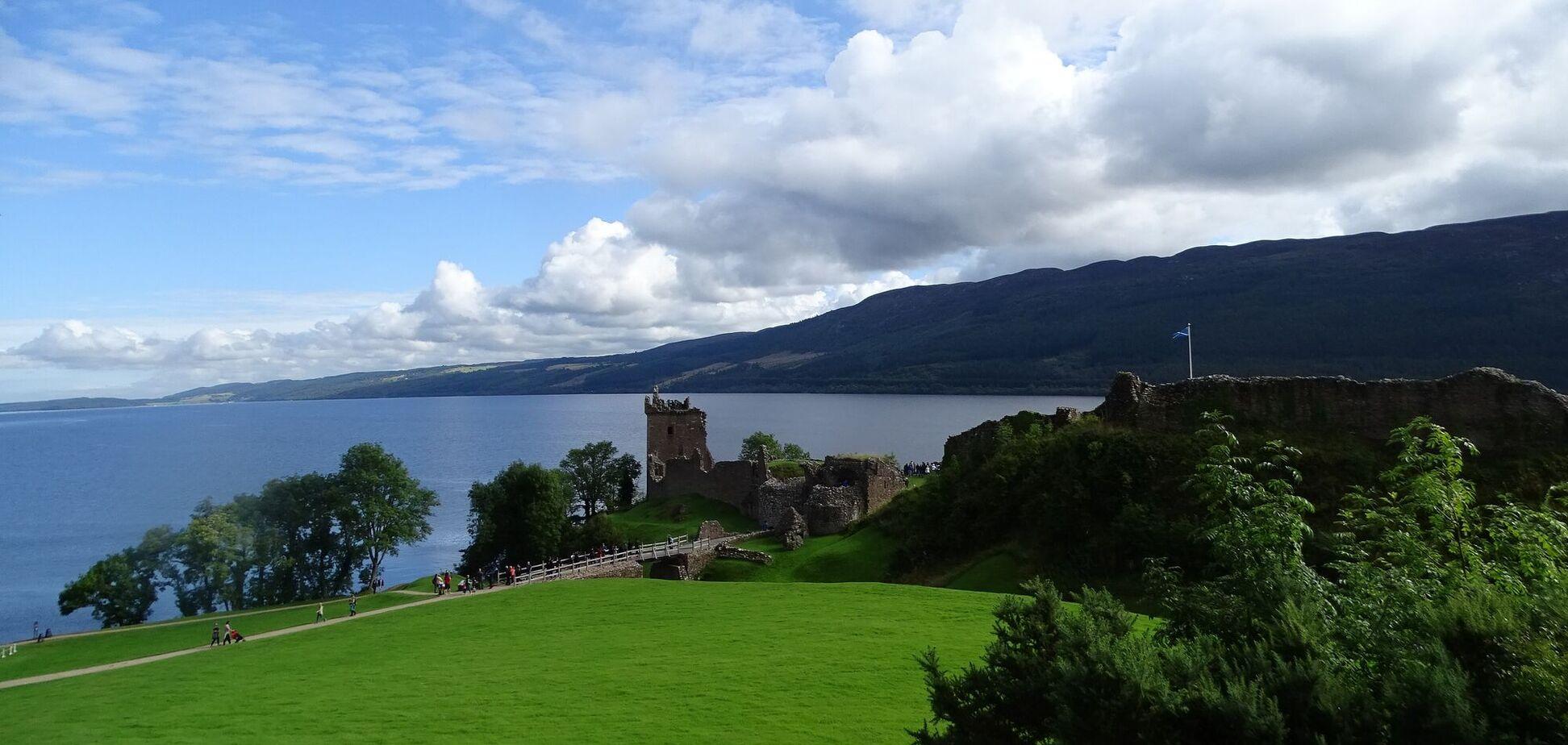 Согласно легенде, Несси обитает в глубоком озере Лох-Несс в Шотландии