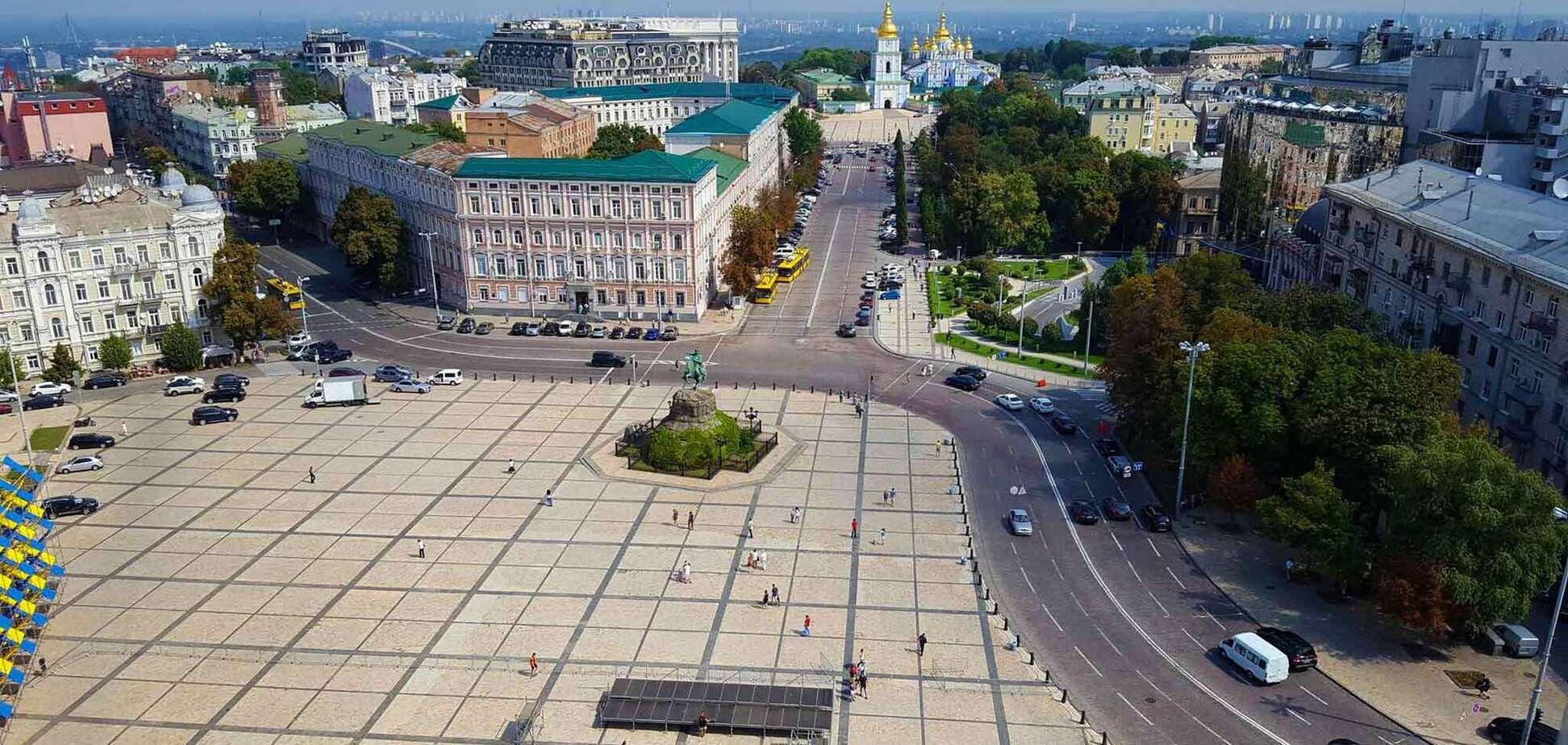 Софийскую площадь в Киеве превратили в сквер.Фото