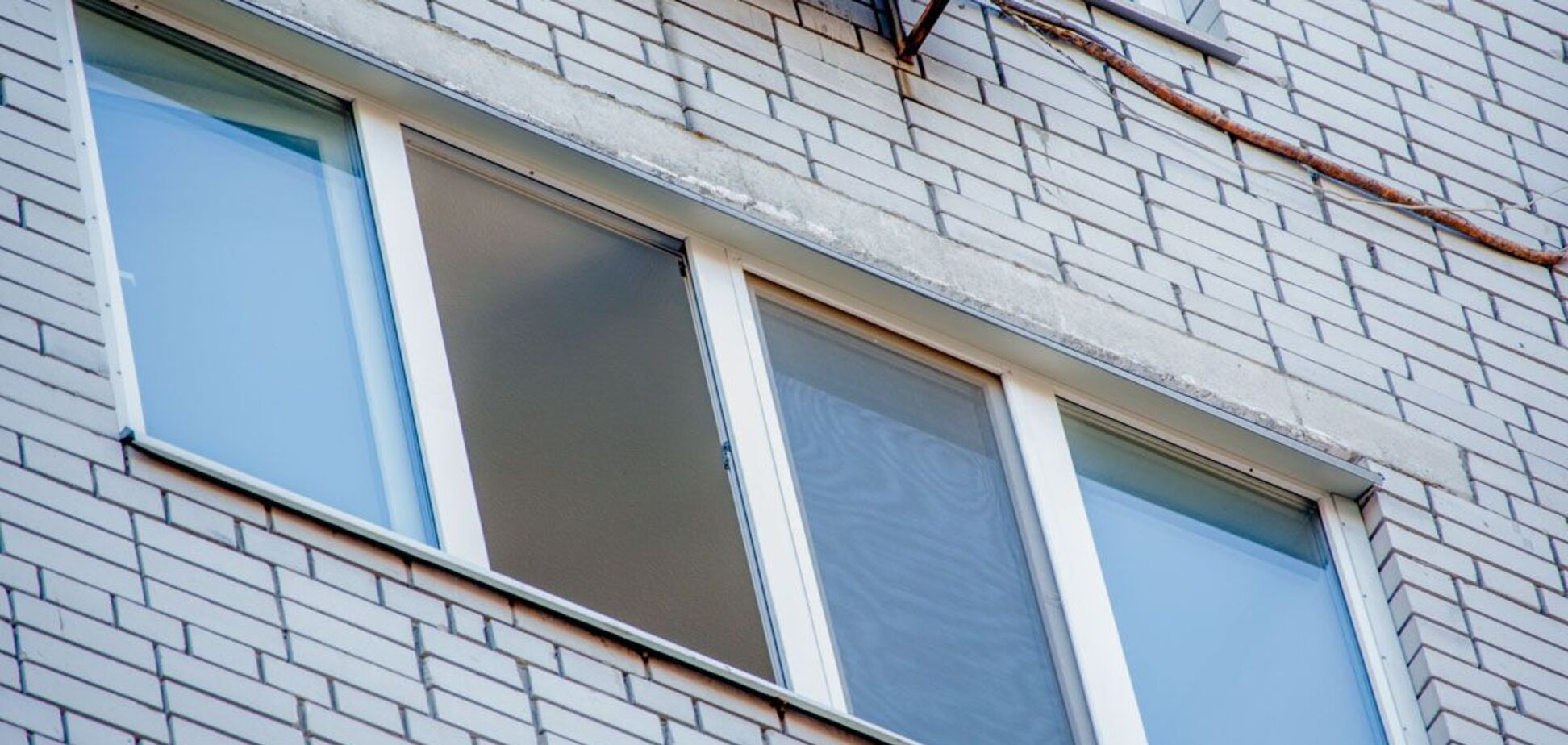 В Киеве с 10-го этажа выбросился мужчина