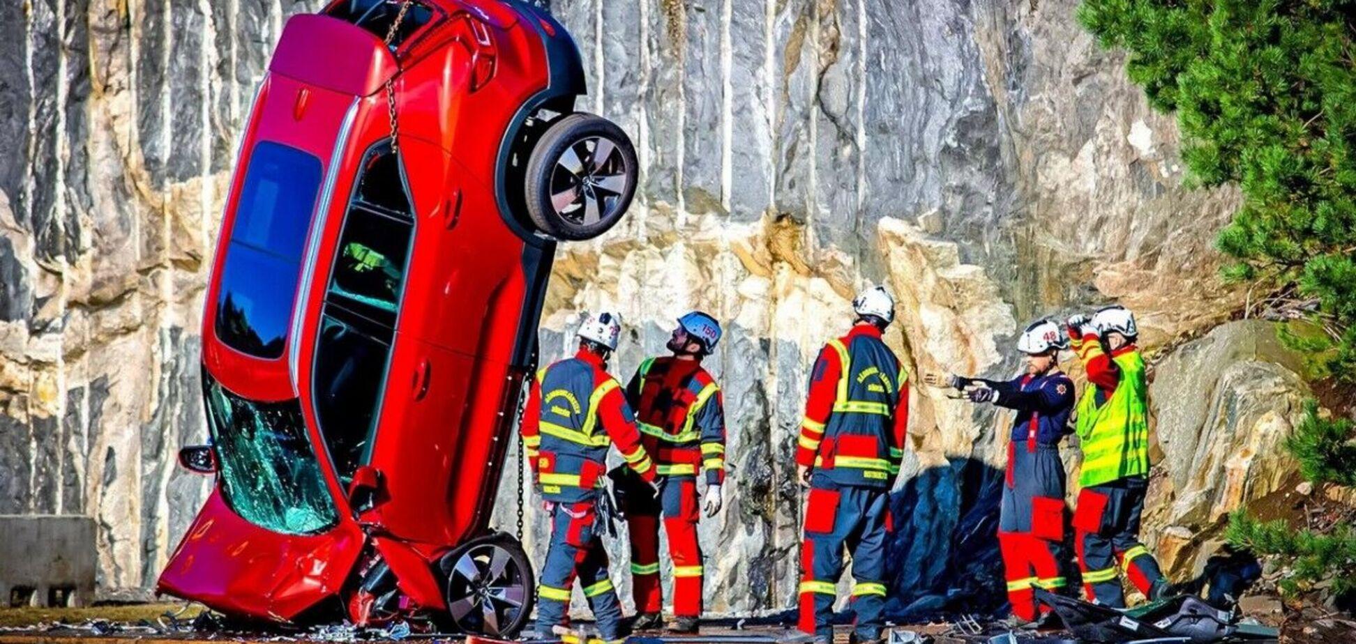 Десяток новых автомобилей Volvo сбросили с высоты 9-этажного дома