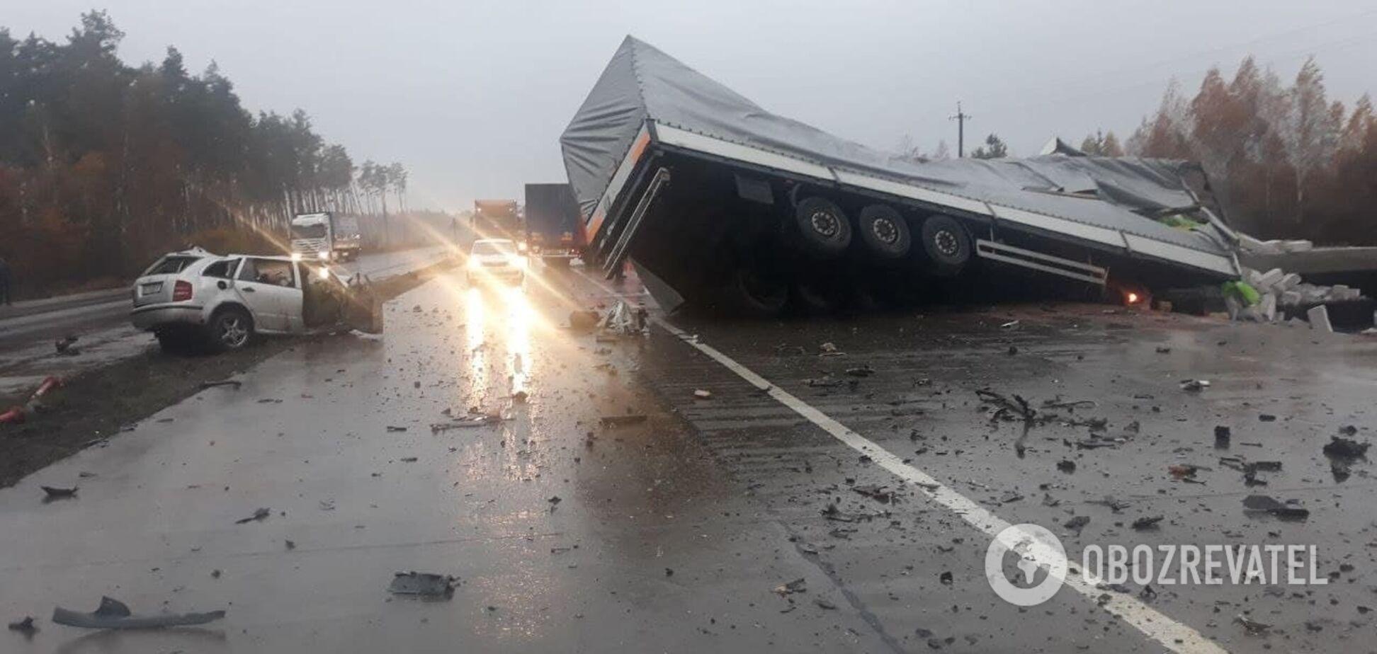 На трасі Київ-Чоп авто влетіло у фуру: троє загиблих