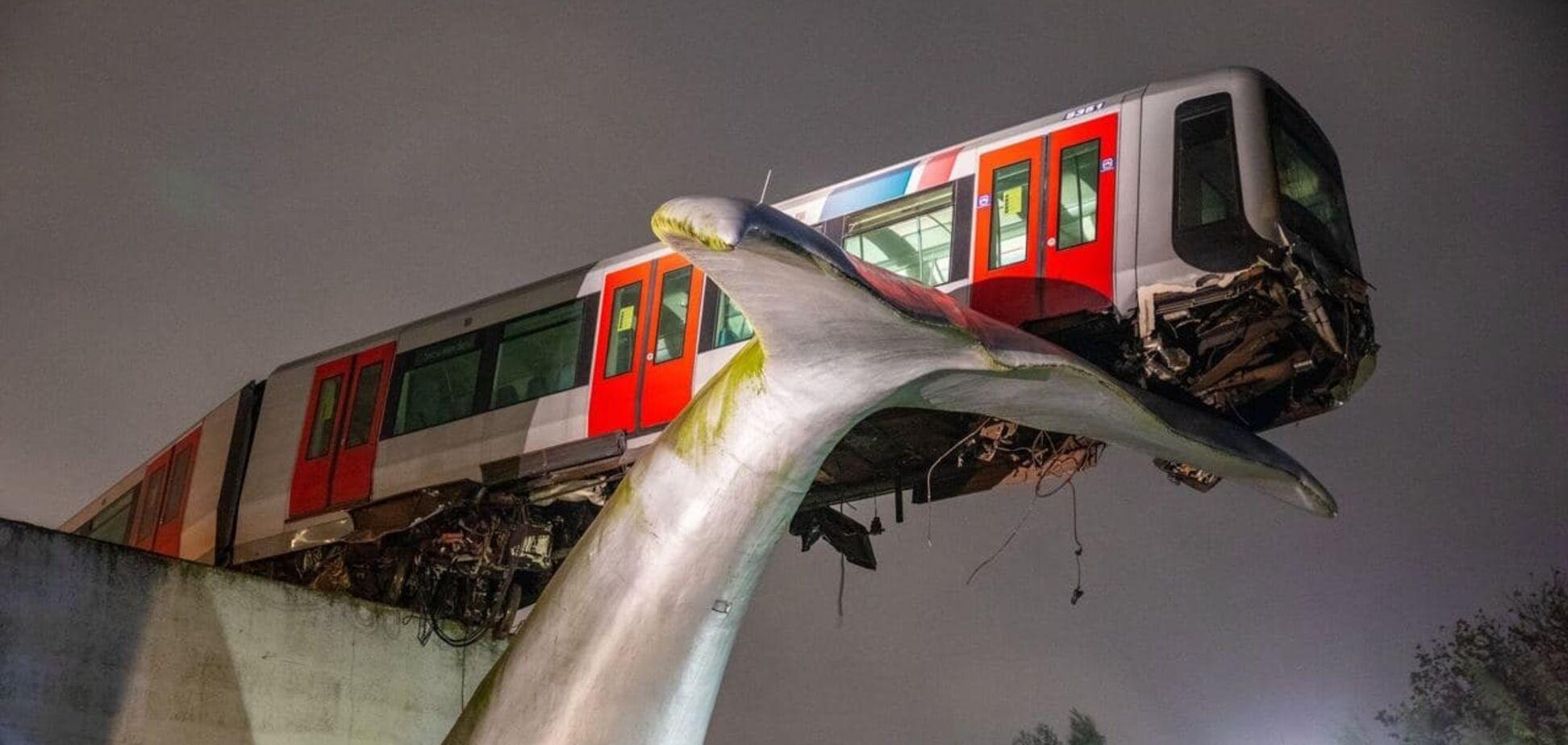 Скульптура кита врятувала падаючий поїзд у Нідерландах