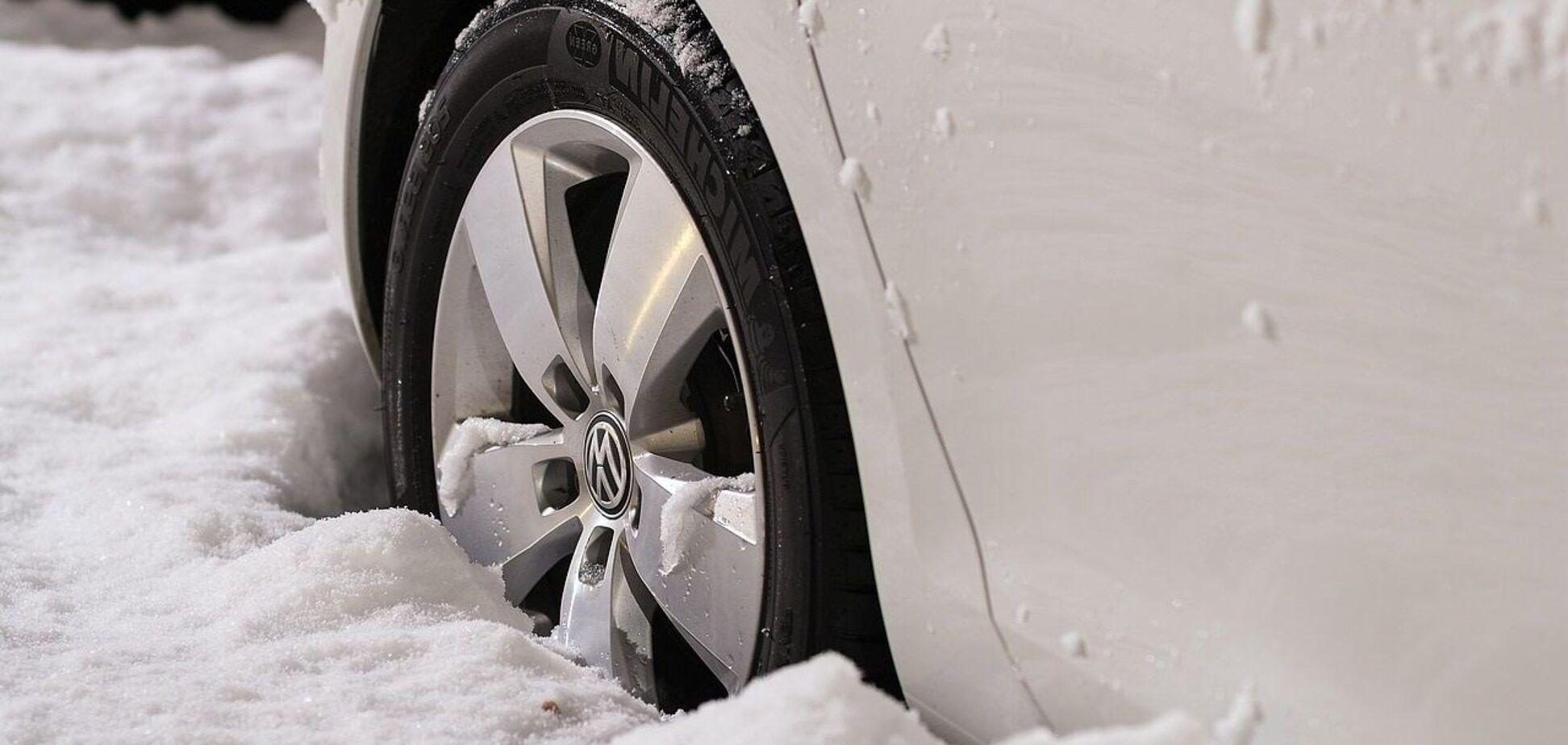 У мережі показали, як витягнути авто з бруду або снігу за допомогою підручних засобів