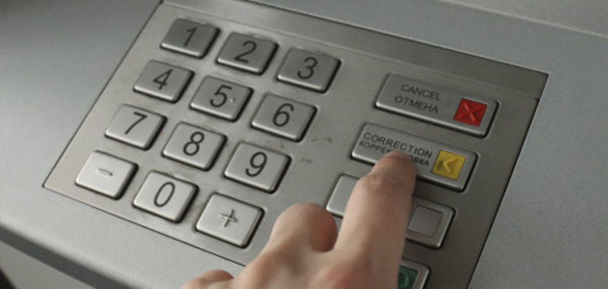 В центре Киева мужчина напал на женщину у банкомата и ограбил на 15 тыс. грн