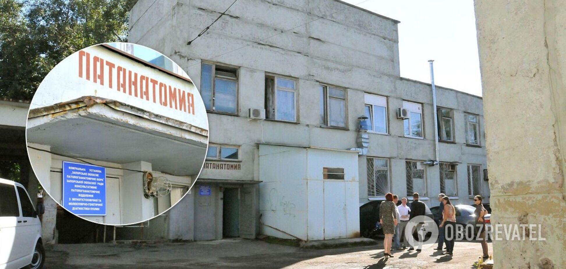 В Запорожье родным пришлось самим заносить тело умершей в морг