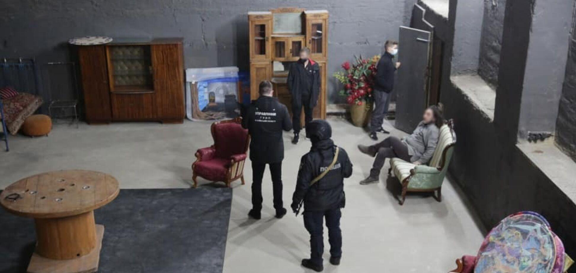 Известный в Украине фотограф снимал половые акты в переделанном авто