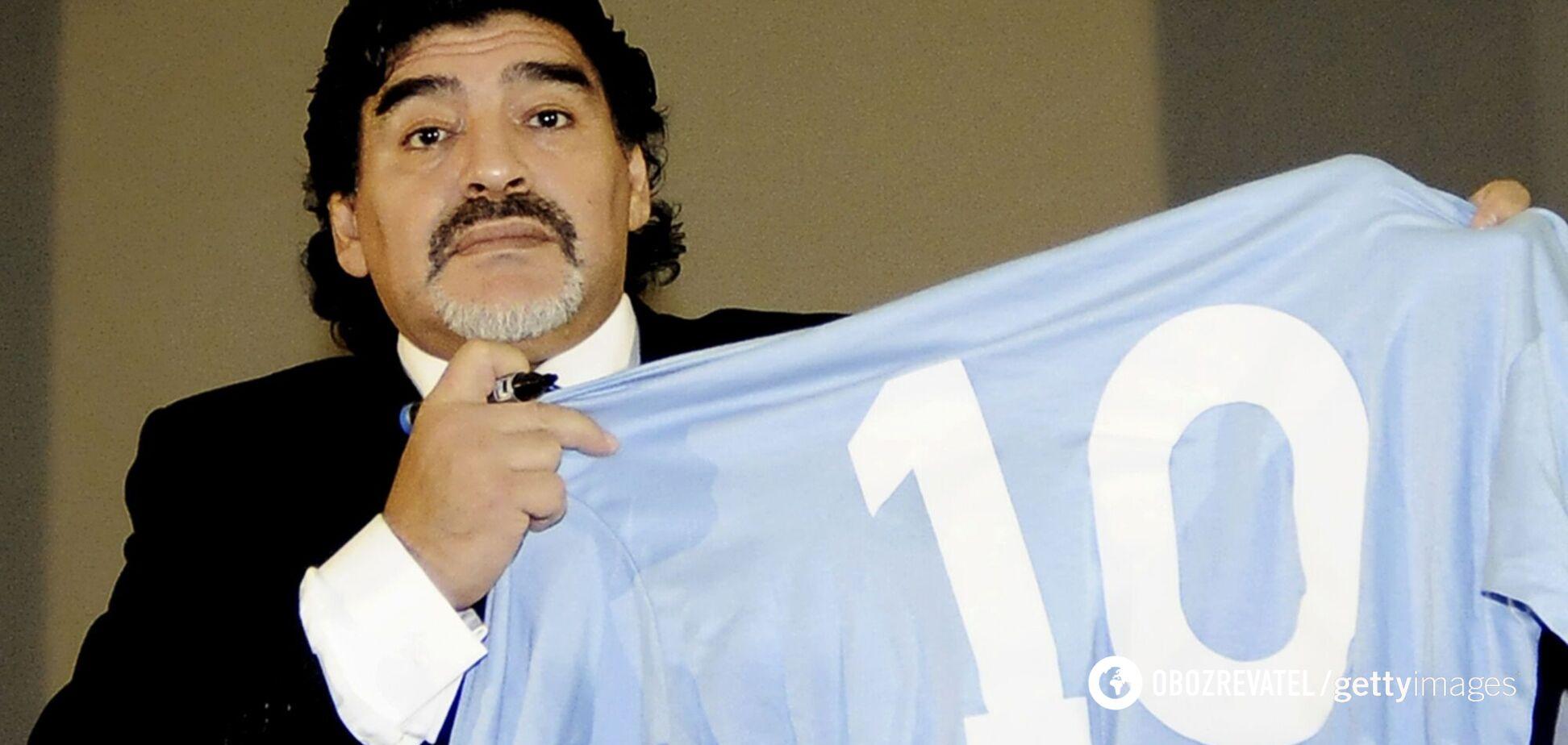 Дієго Марадона з футболкою, на яку нанесений його улюблений 10-й номер