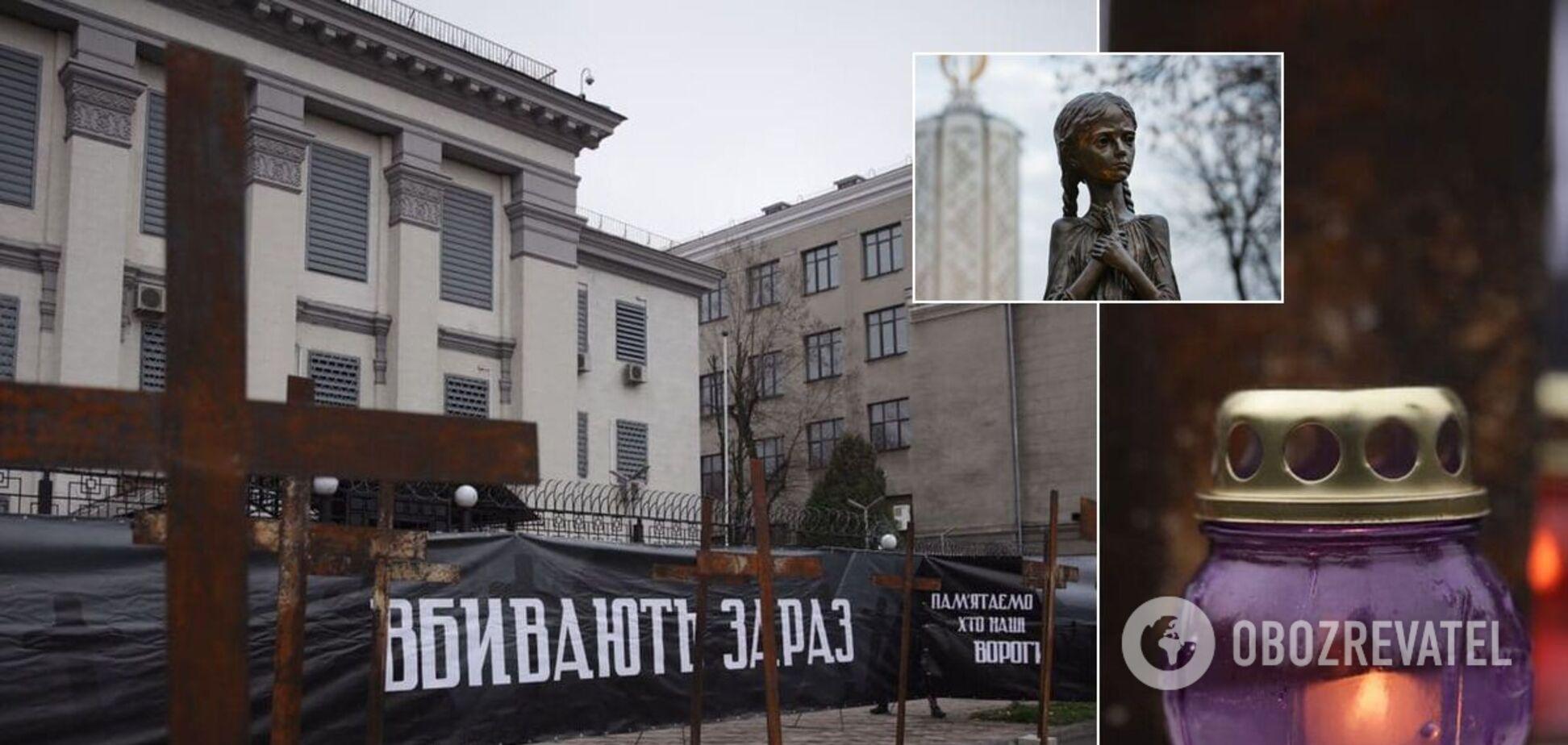 В Киеве возле посольства РФ установили кресты в память о жертвах Голодомора. Фото