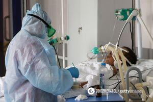 Врач рассказал, что происходит с тяжелыми COVID-пациентами: синеют губы и руки, начинается паника