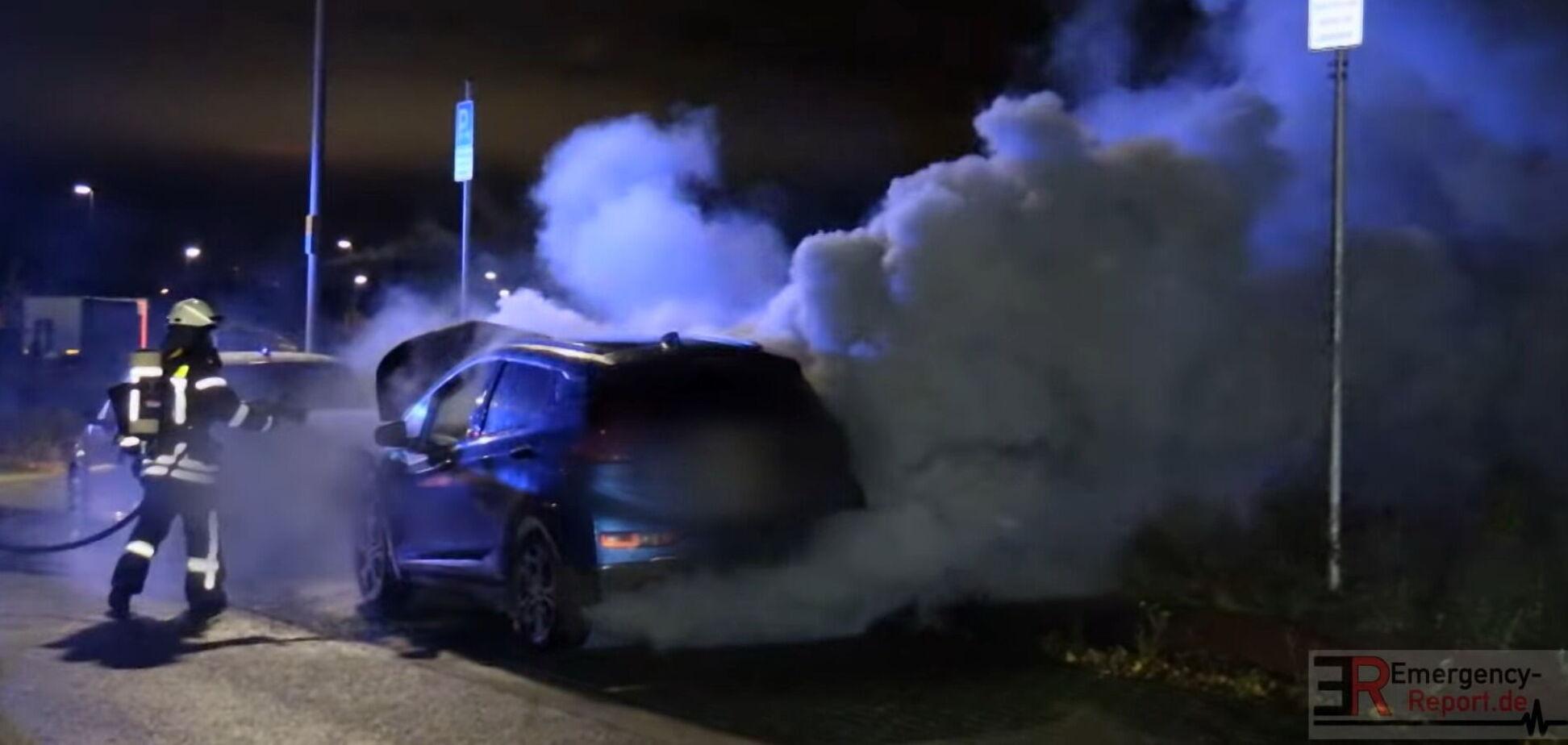 Електричний Opel гасили в Німеччині 5 годин: унікальне відео