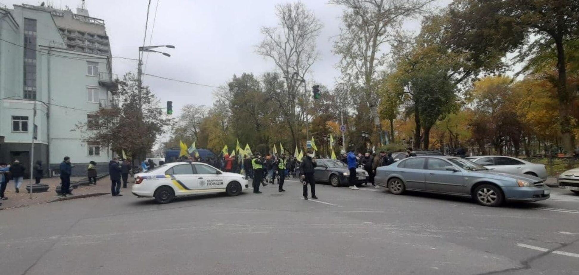 Учасники акції частково перекрили дорогу на вулиці Грушевського