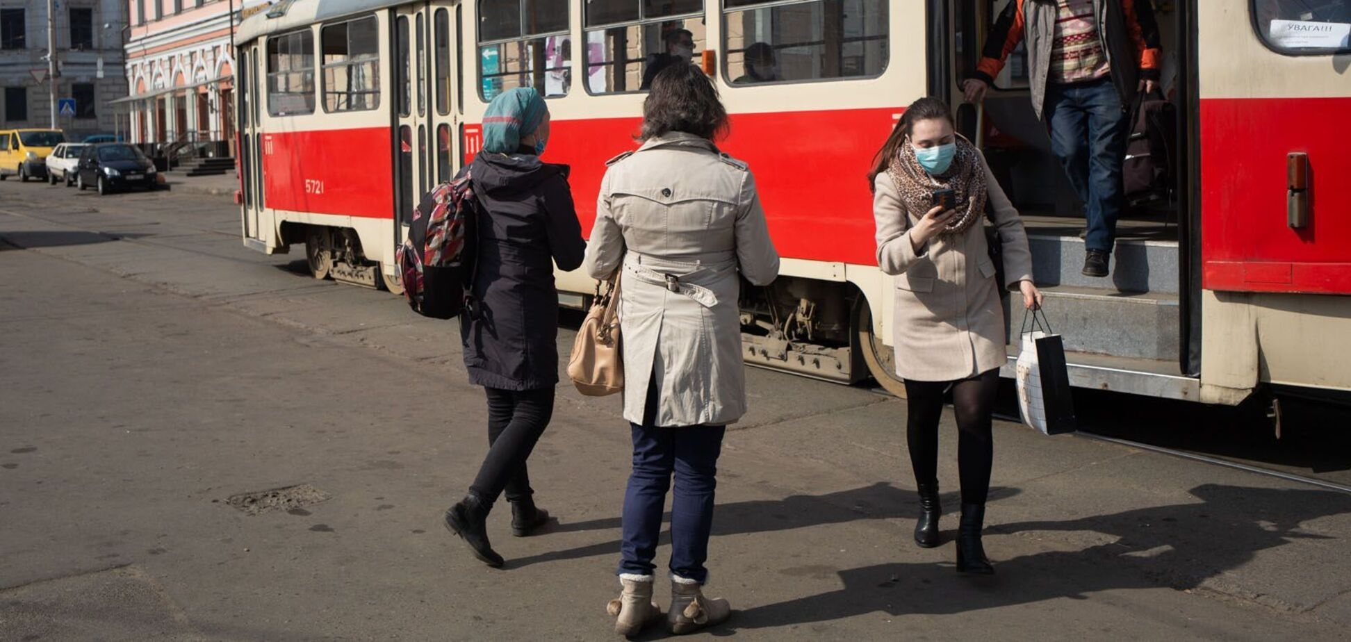 Киевляне ополчились на девушку без маски, которую выставили из трамвая