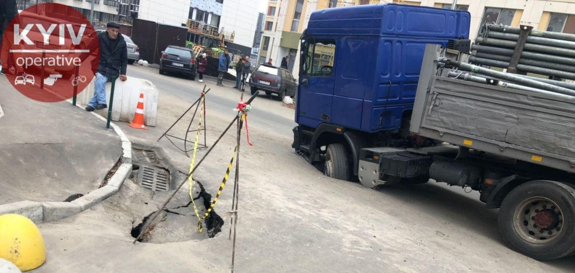 В Киеве грузовик провалился в яму на проспекте. Фотофакт