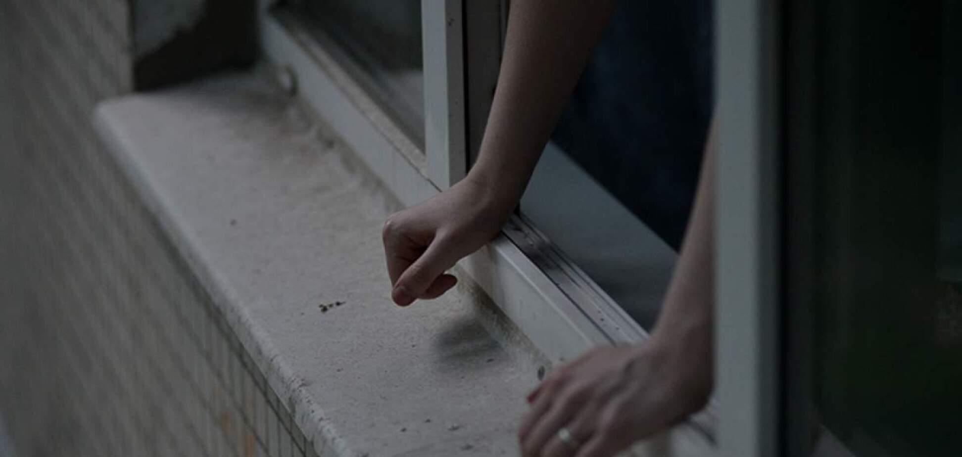 Дівчина випала з вікна й звинуватила в цьому поліцейських