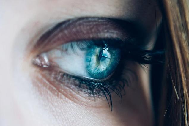 Запалені очі є ще одним симптомом COVID-19