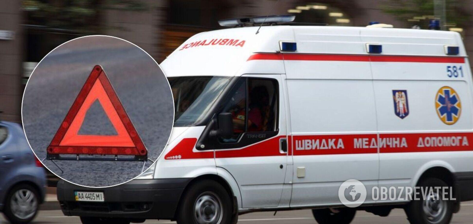 У Києві авто на швидкості влетіло в стовп, є жертви. Фото