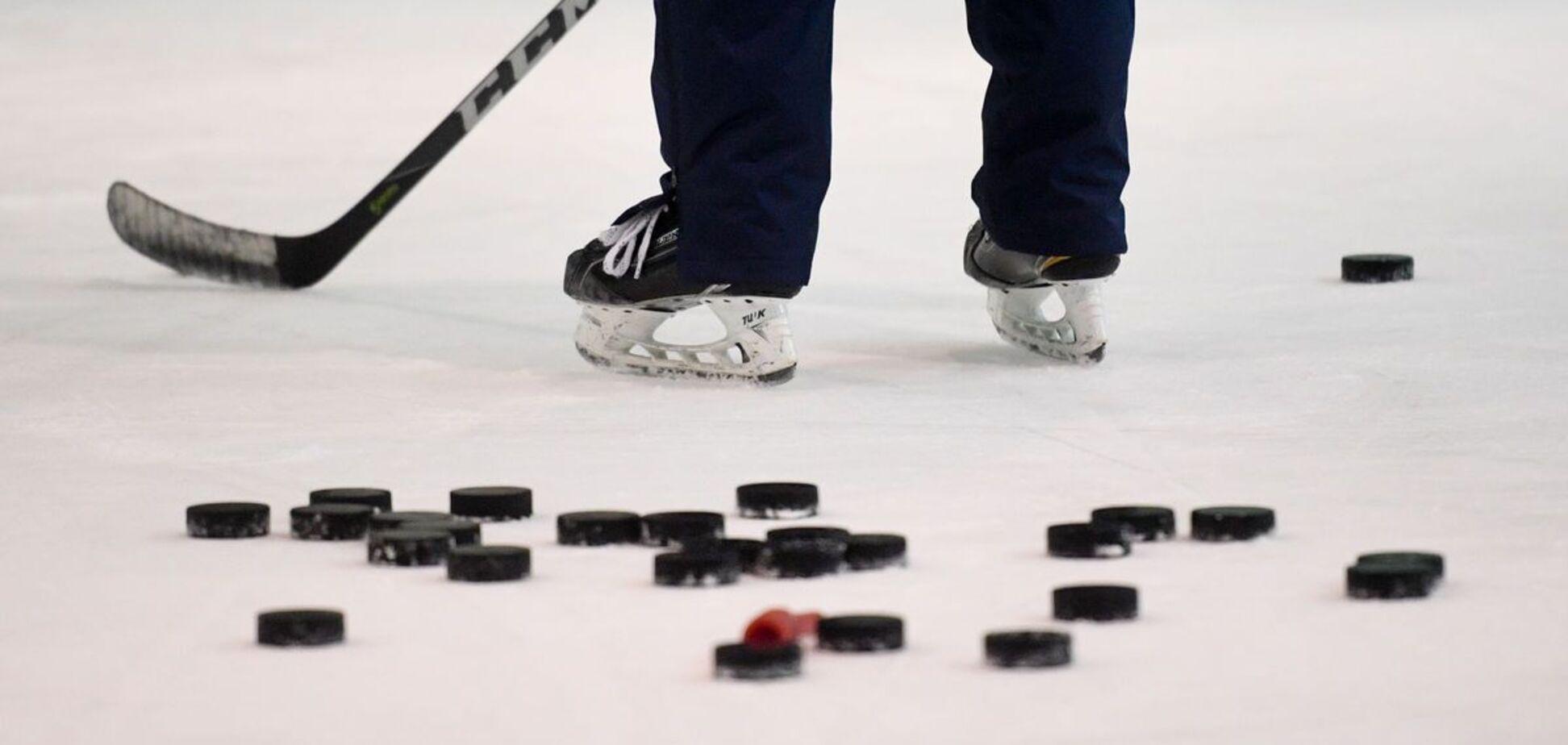 На Київщині грали в хокей на обледенілій дорозі. Відео