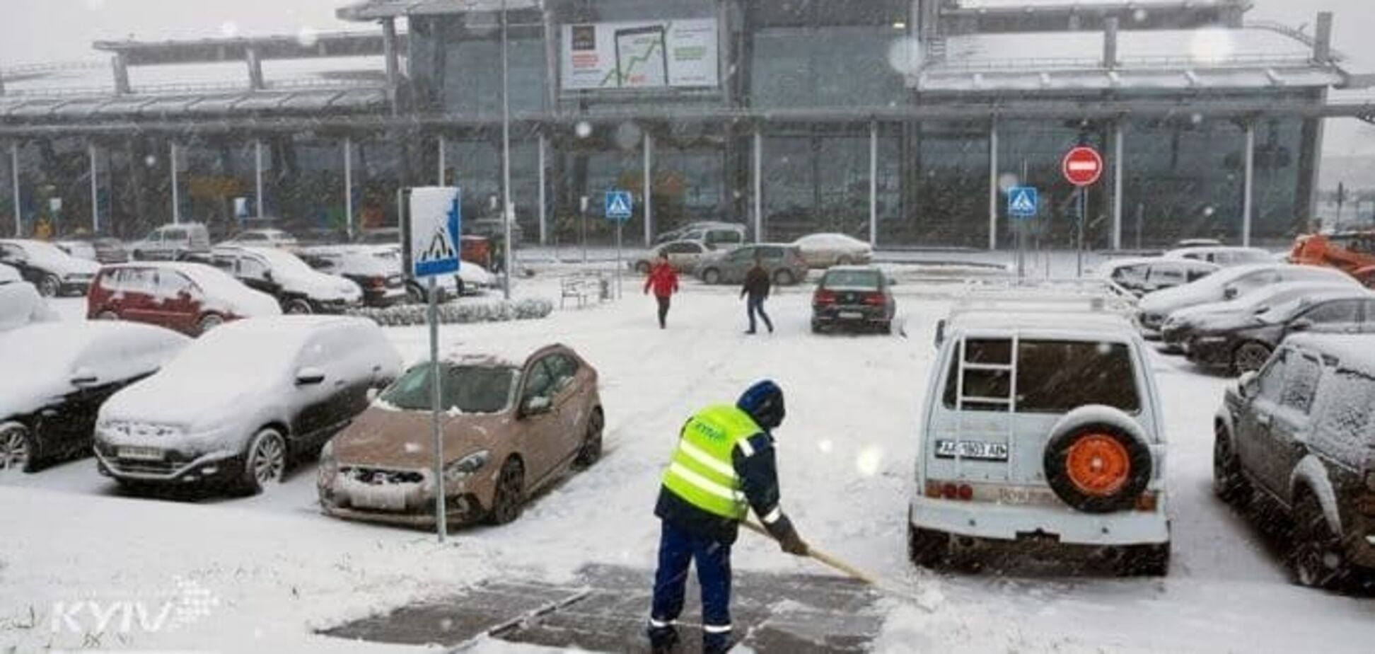 В аеропортах Києва стався колапс через ожеледицю: літаки не змогли приземлитися