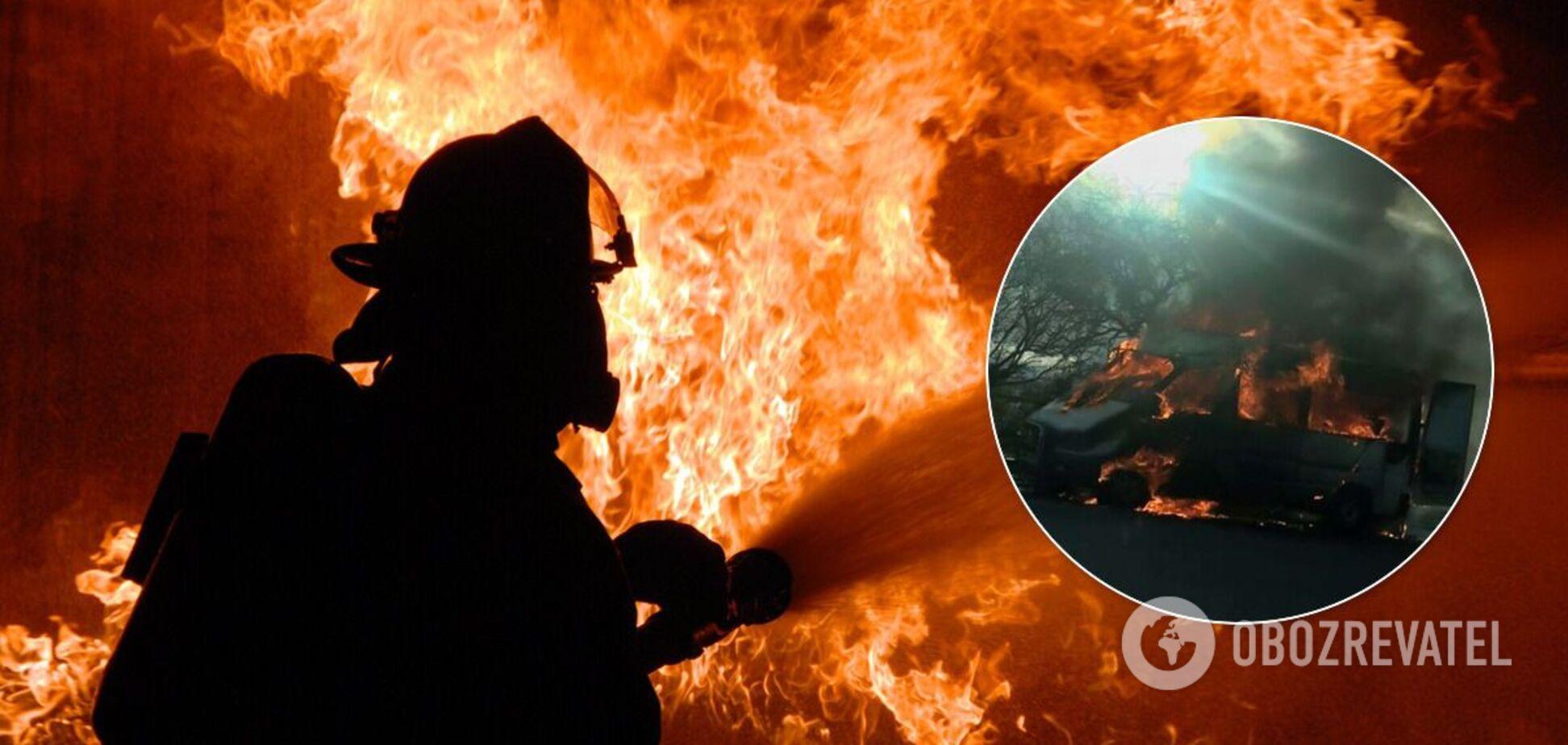 Пожежник гасить вогонь