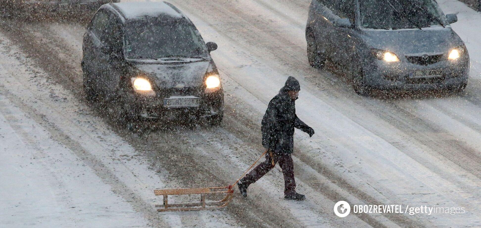 В Україні очікують мокрий сніг із дощем, водіїв попередили про ожеледицю. Карта