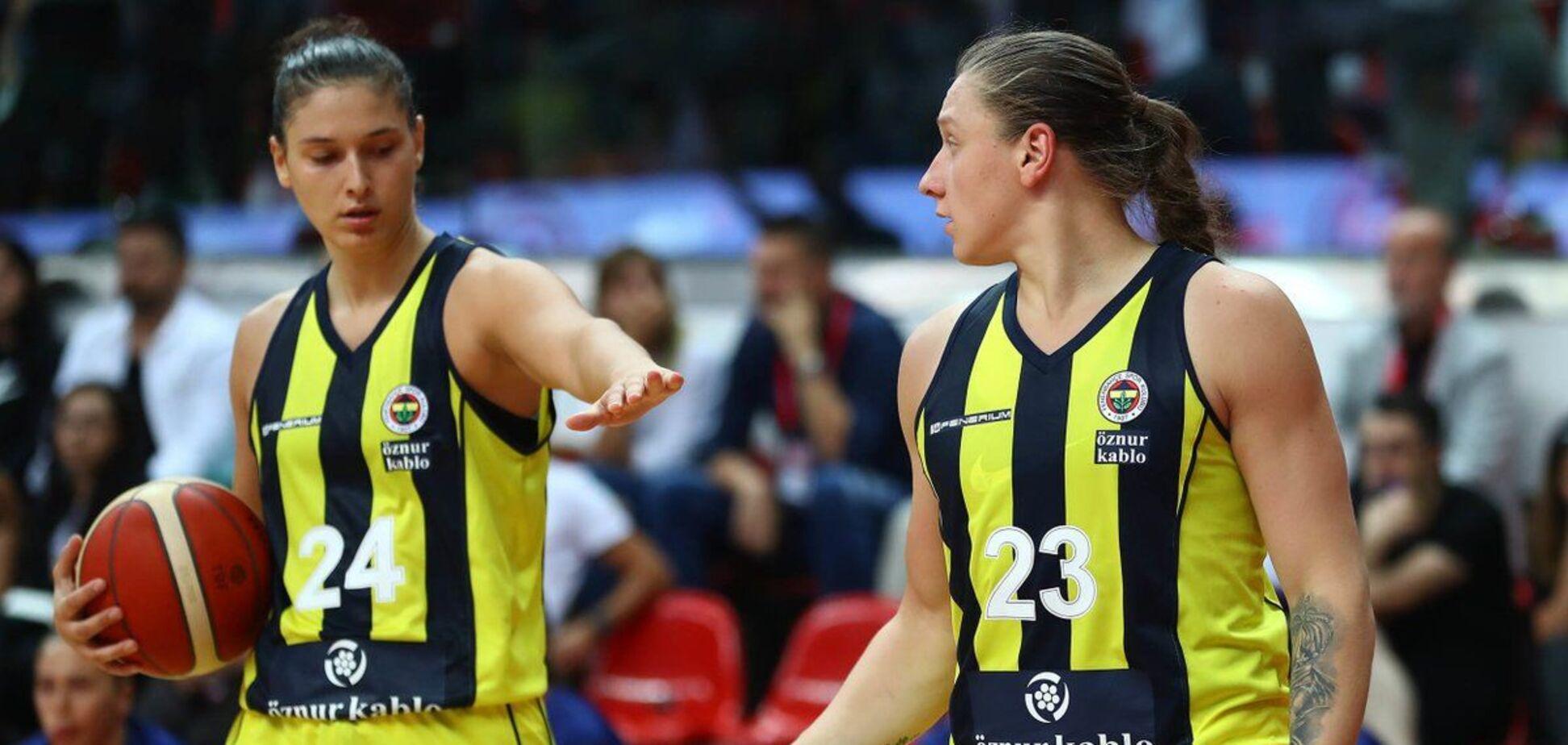 Алина Ягупова (справа)