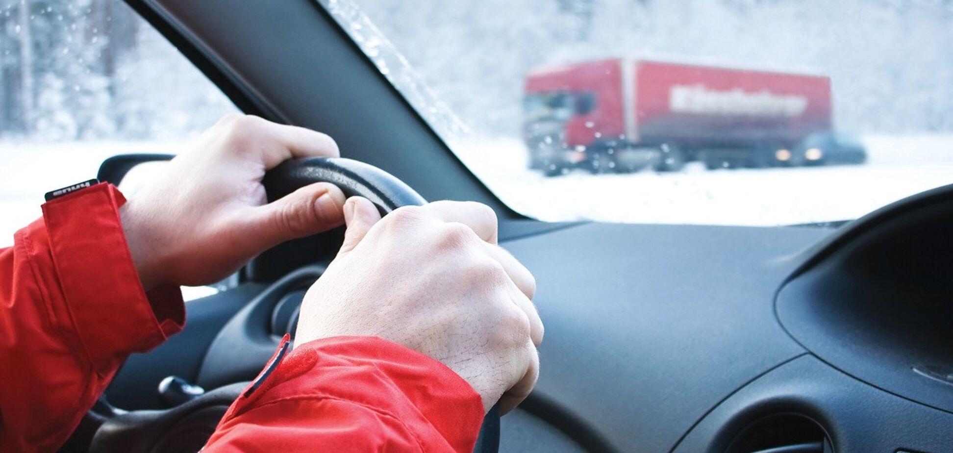 Експерти пояснили, чому в машині небезпечно їздити в зимовій куртці