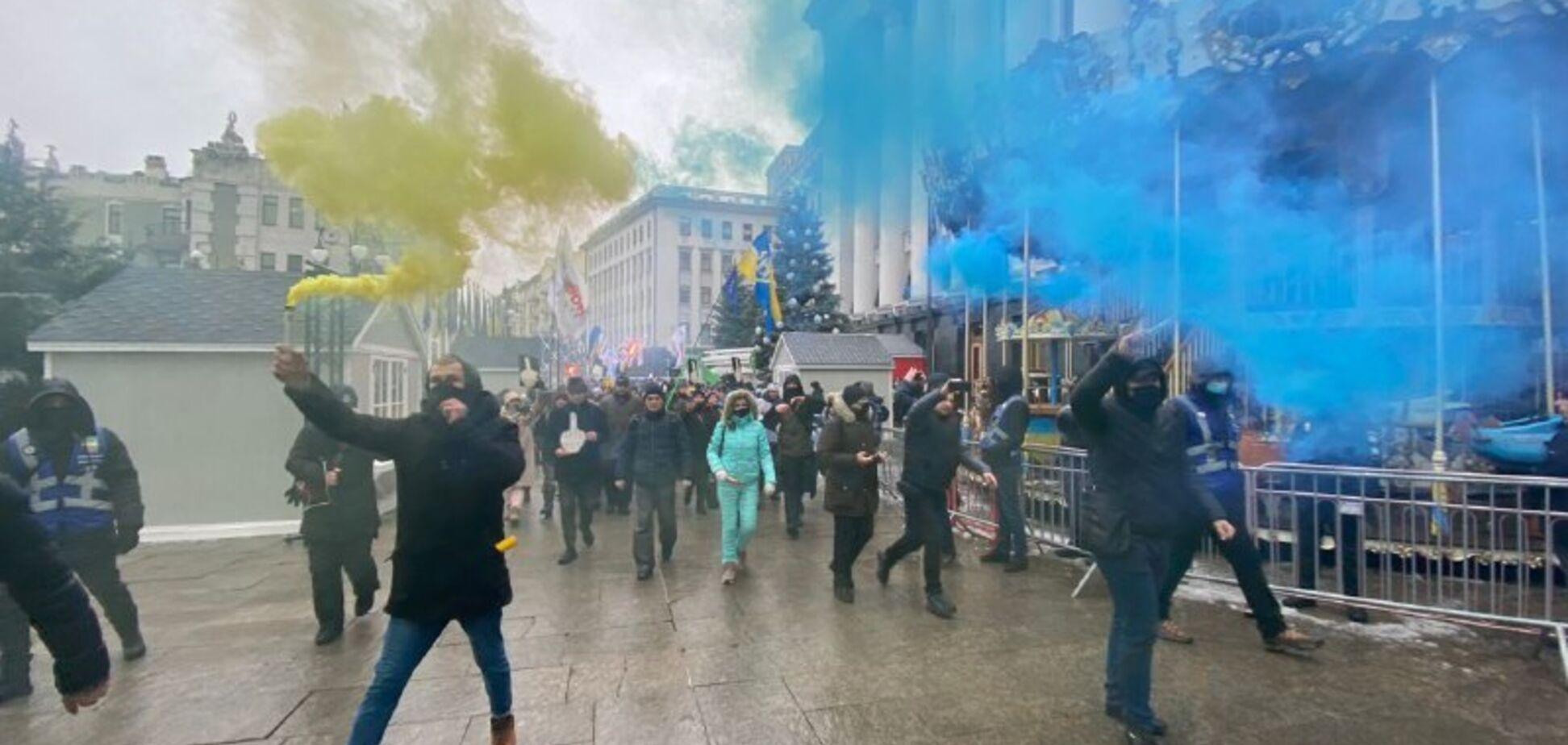 Біля Офісу президента підприємці-протестувальники запалили фаєри. Відео