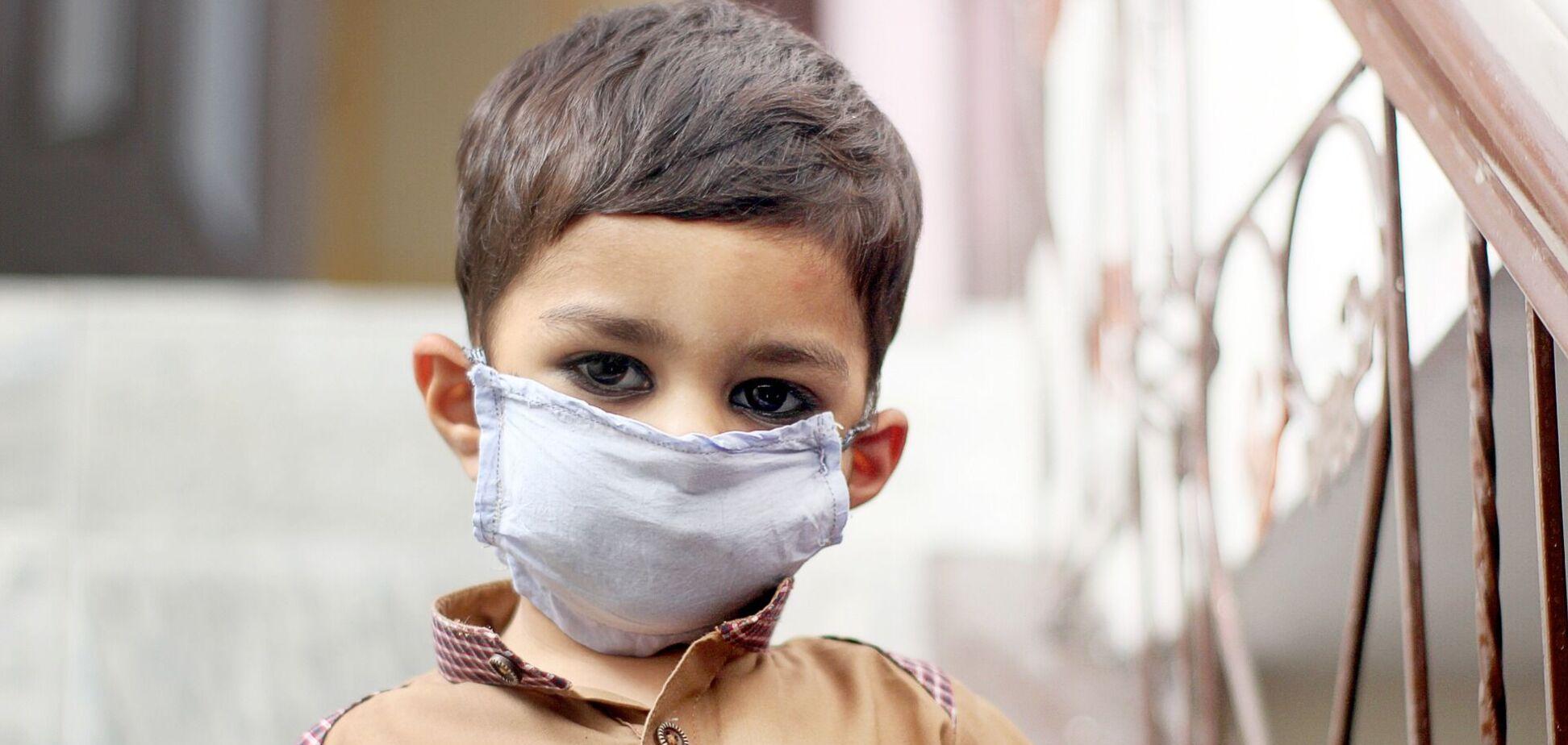 Дитина в медичній масці