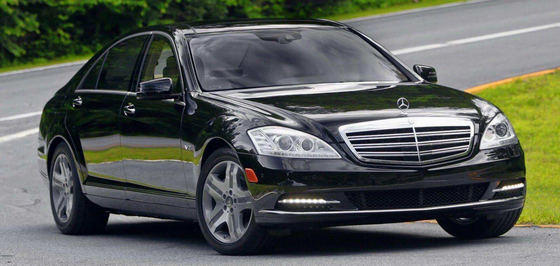 У Києві зняли Mercedes, у якого на ходу змінюються номерні знаки