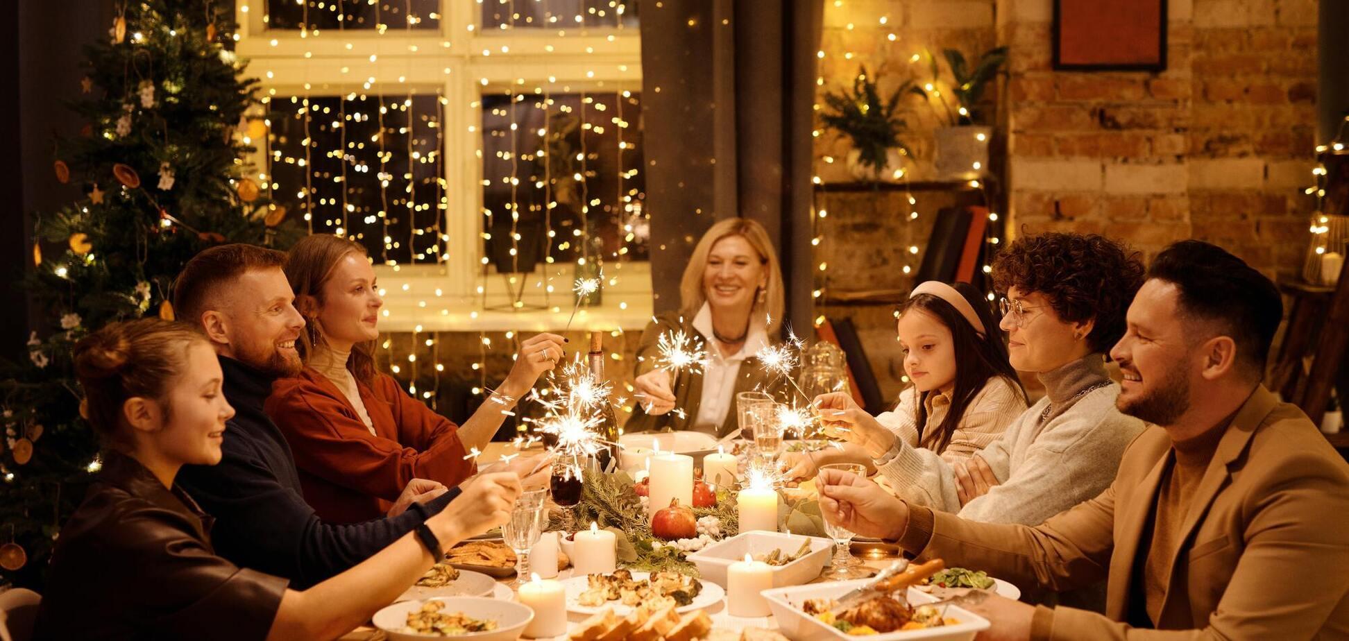 Декоратор рекомендує прикрашати стіл свічками і фруктами