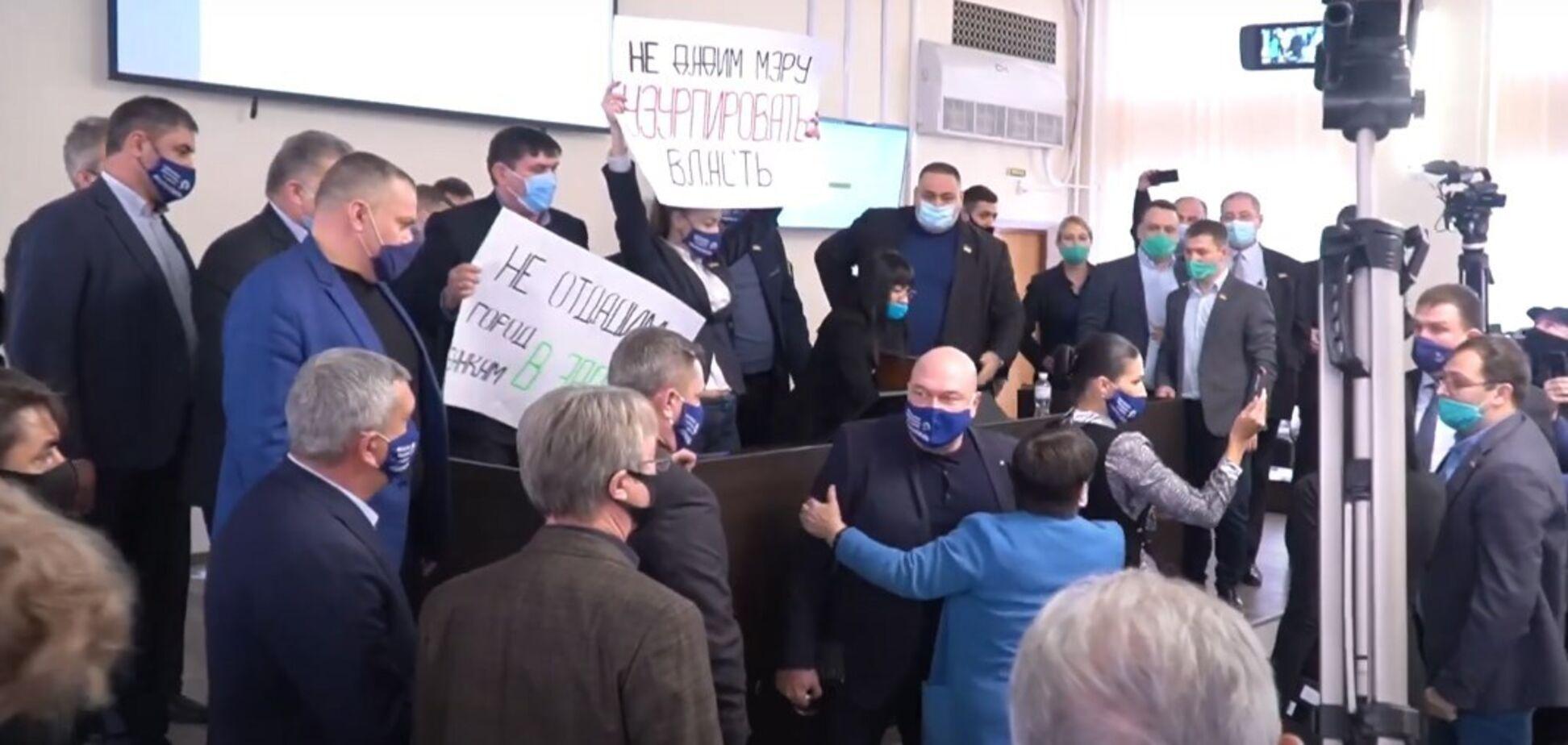 Влаштували бійку і трощили меблі: в Маріуполі депутати від ОПЗЖ намагалися зірвати голосування за бюджет