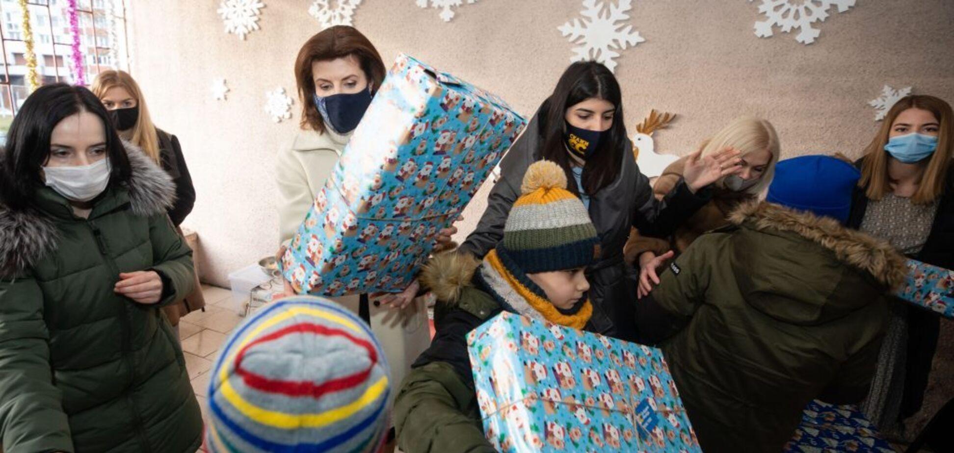 Марина Порошенко поздравила детей с инвалидностью рождественскими 'свято-боксами'. Фоторепортаж