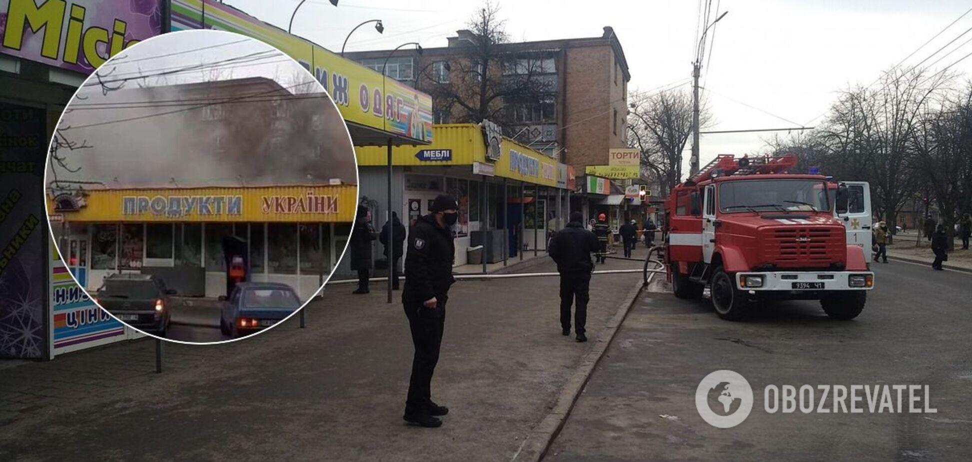 В Черкассах загорелся рынок: из-за пожара перекрыли одну из главных улиц. Фото и видео