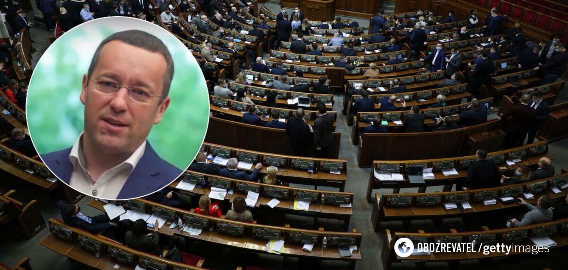 'Слугу' подловили за просмотром интимного фото на заседании Рады: что о нем известно