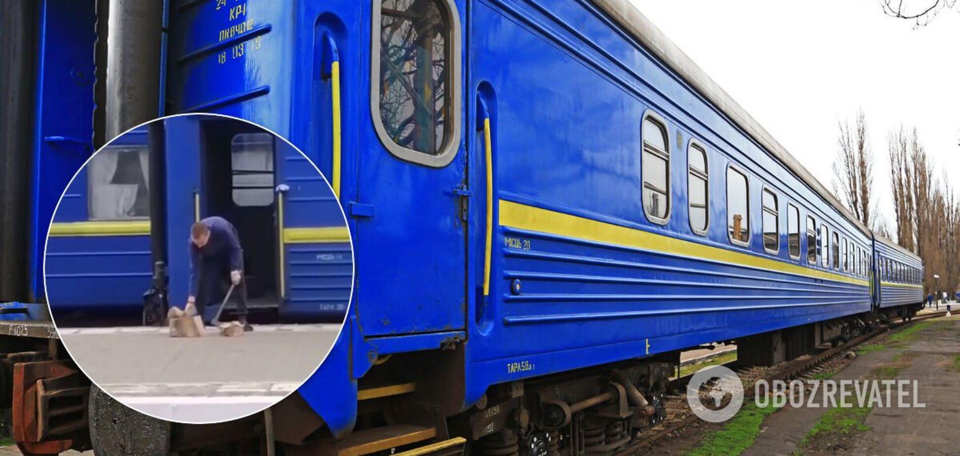 Провідника поїзда зняли за рубанням дров на станції