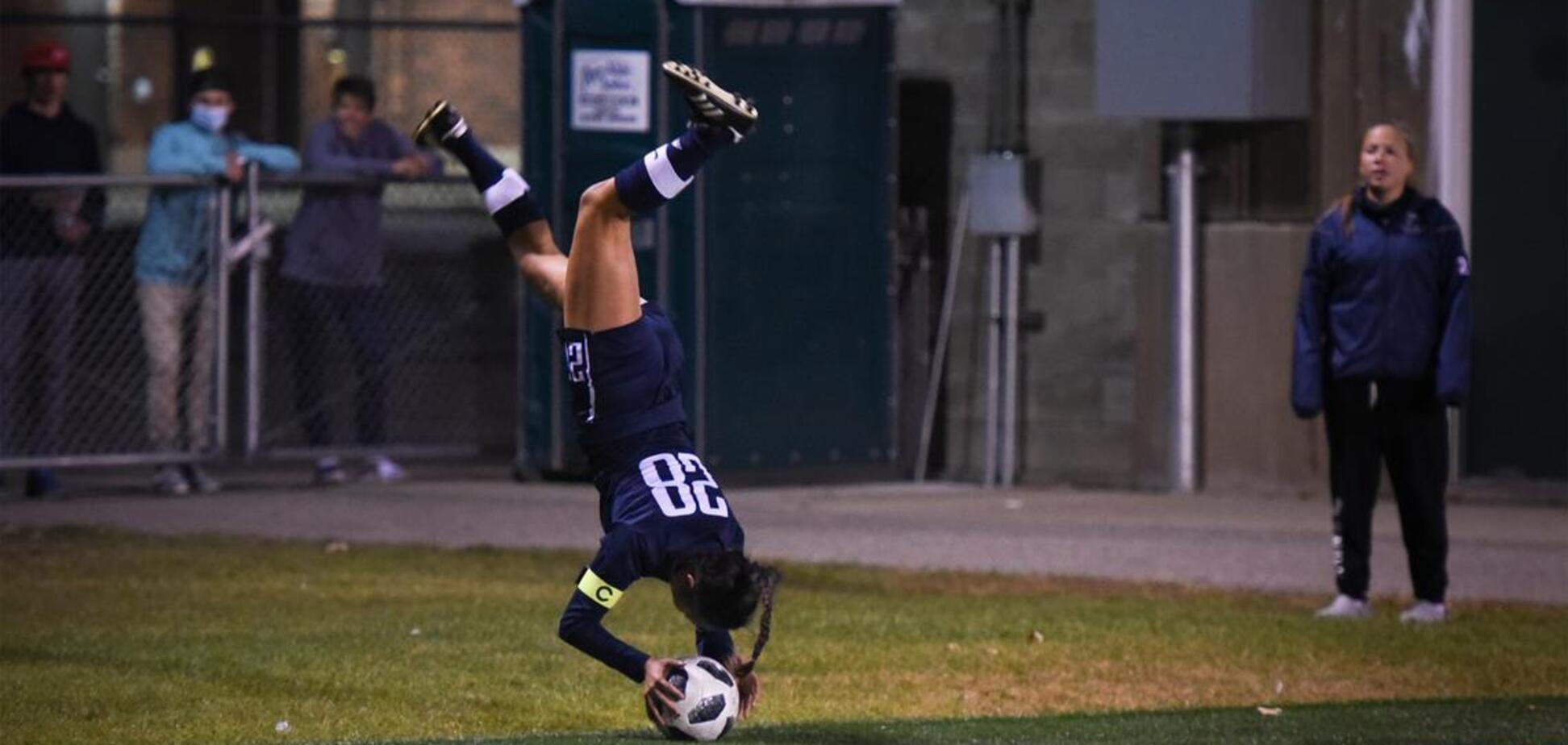 Футболіст кидає аут після переднього сальто