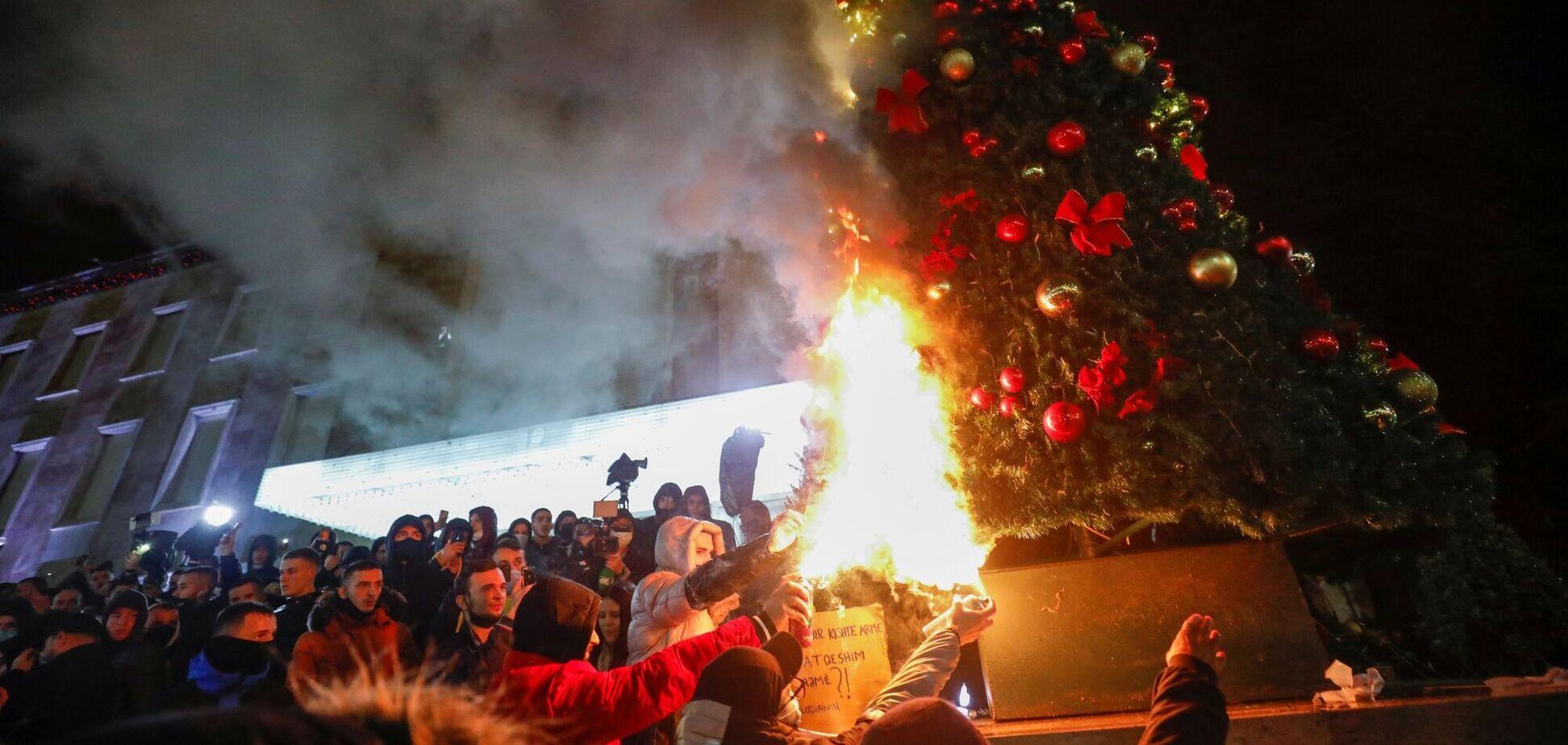 Протестувальники в Албанії спалили головну ялинку країни