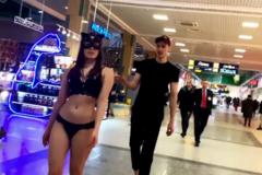 В ТЦ Нижнего Новгорода парен выгулял девушку на поводке