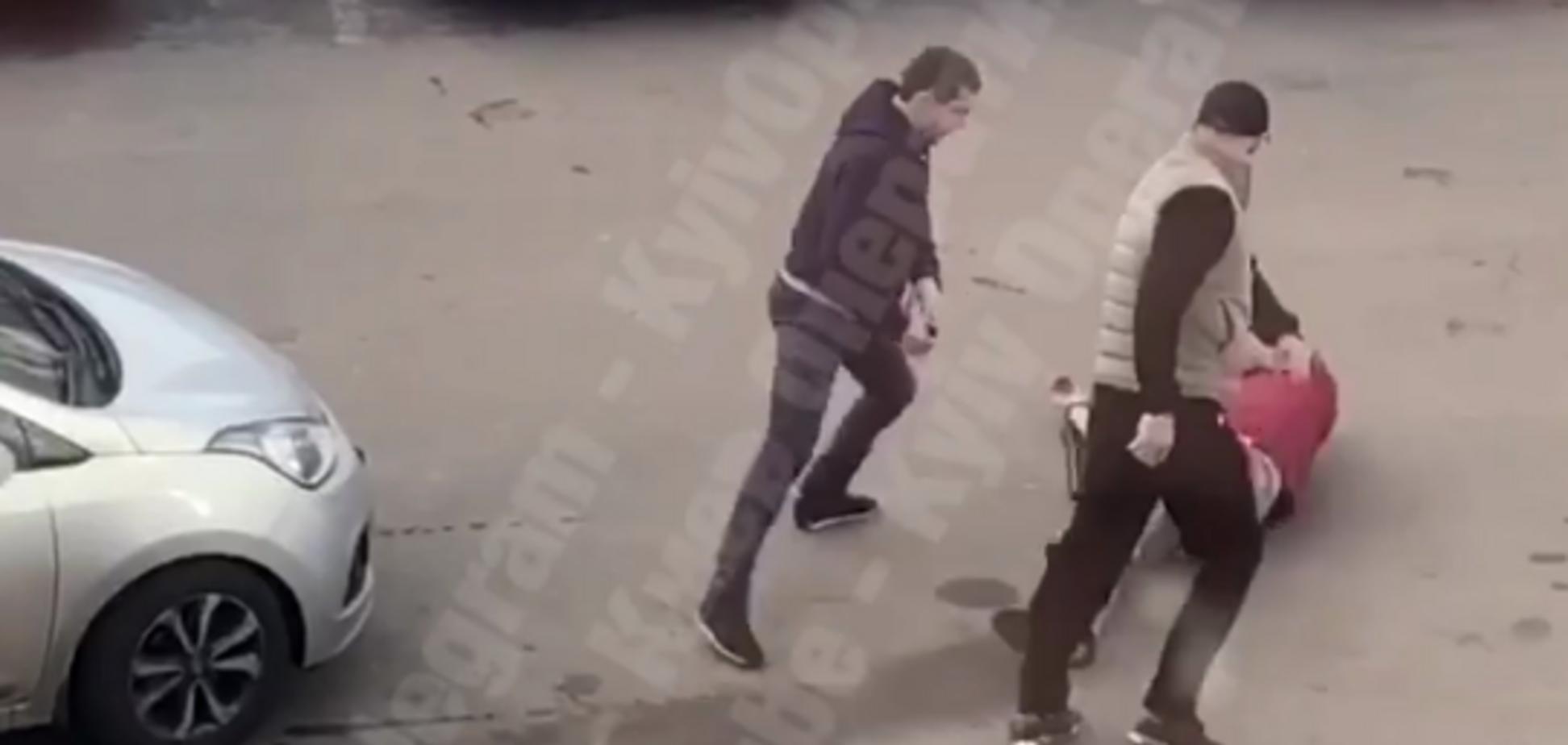 У Києві на вулиці влаштували криваву бійку