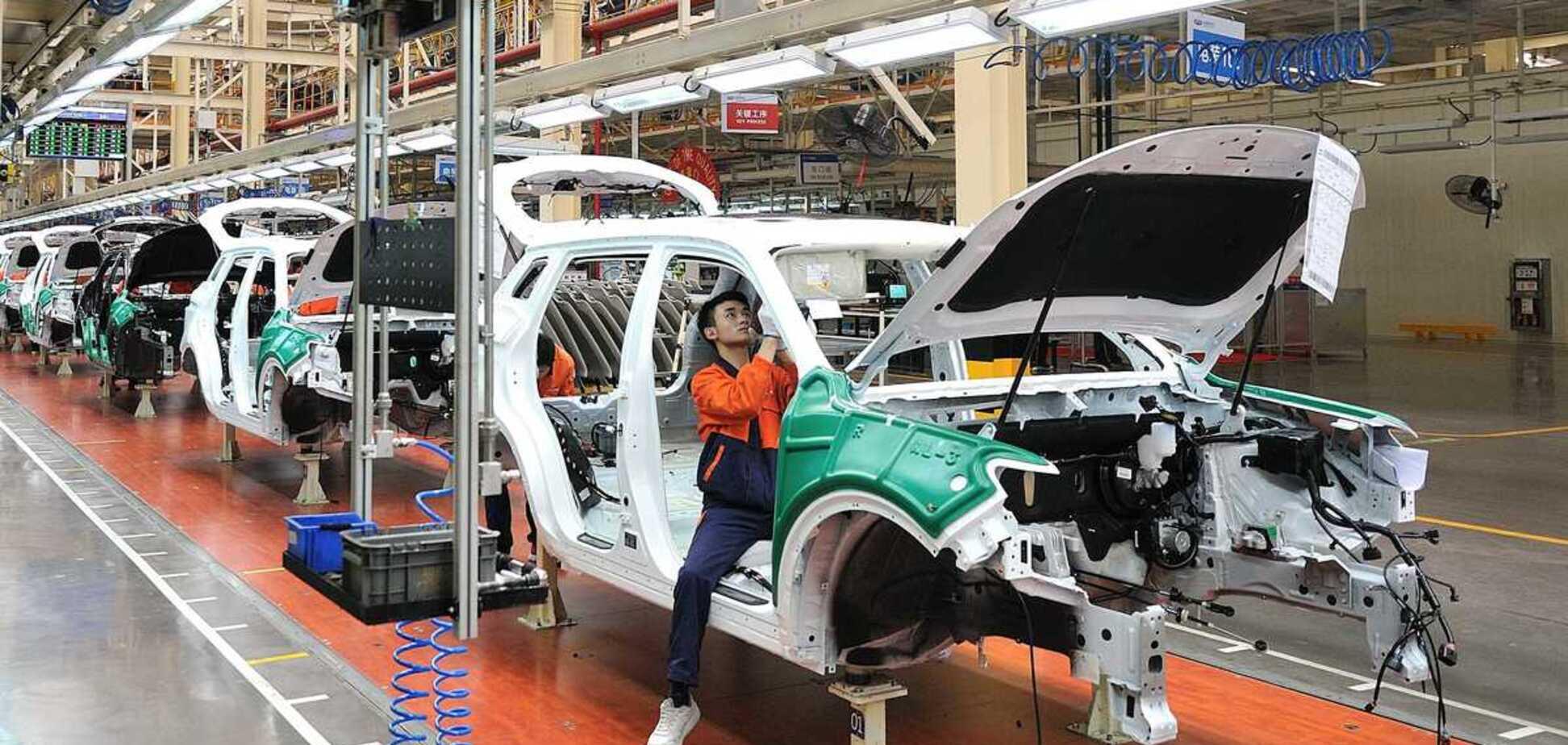 Виноваты электромобили? Производители бензиновых авто пообещали сократить тысячи рабочих