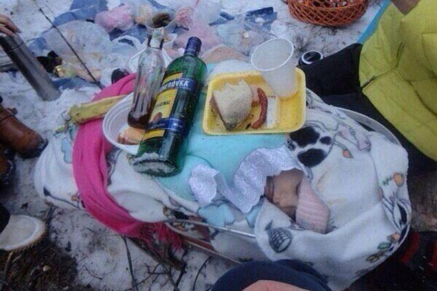 Мамаши из РФ шокировали фото с застольем на спящем ребенке