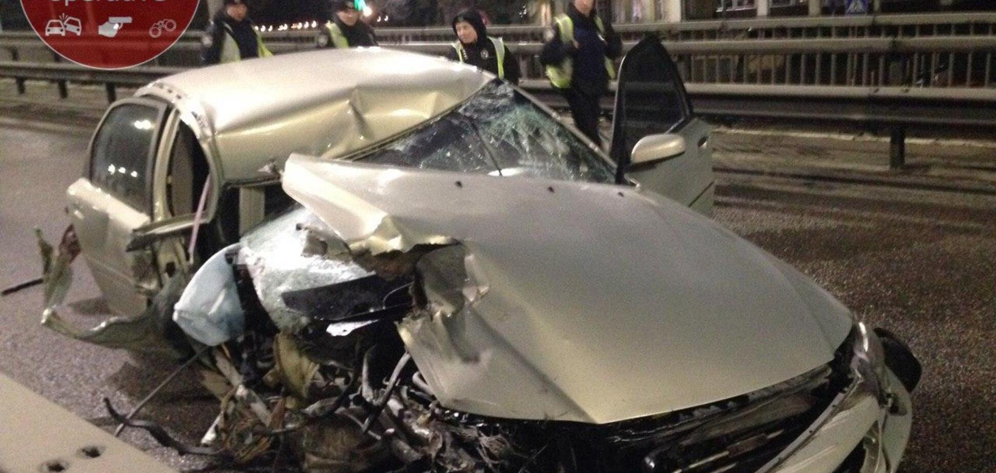 В Киеве два авто на скорости влетели в отбойник: пострадали трое. Фото ДТП
