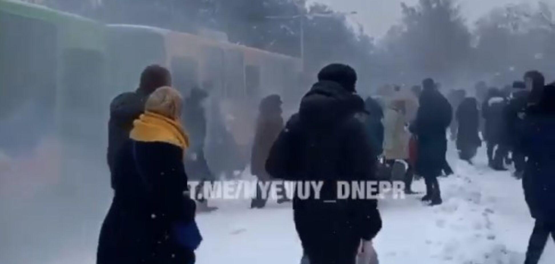 В Днепре на ходу задымился трамвай с пассажирами: видео ЧП