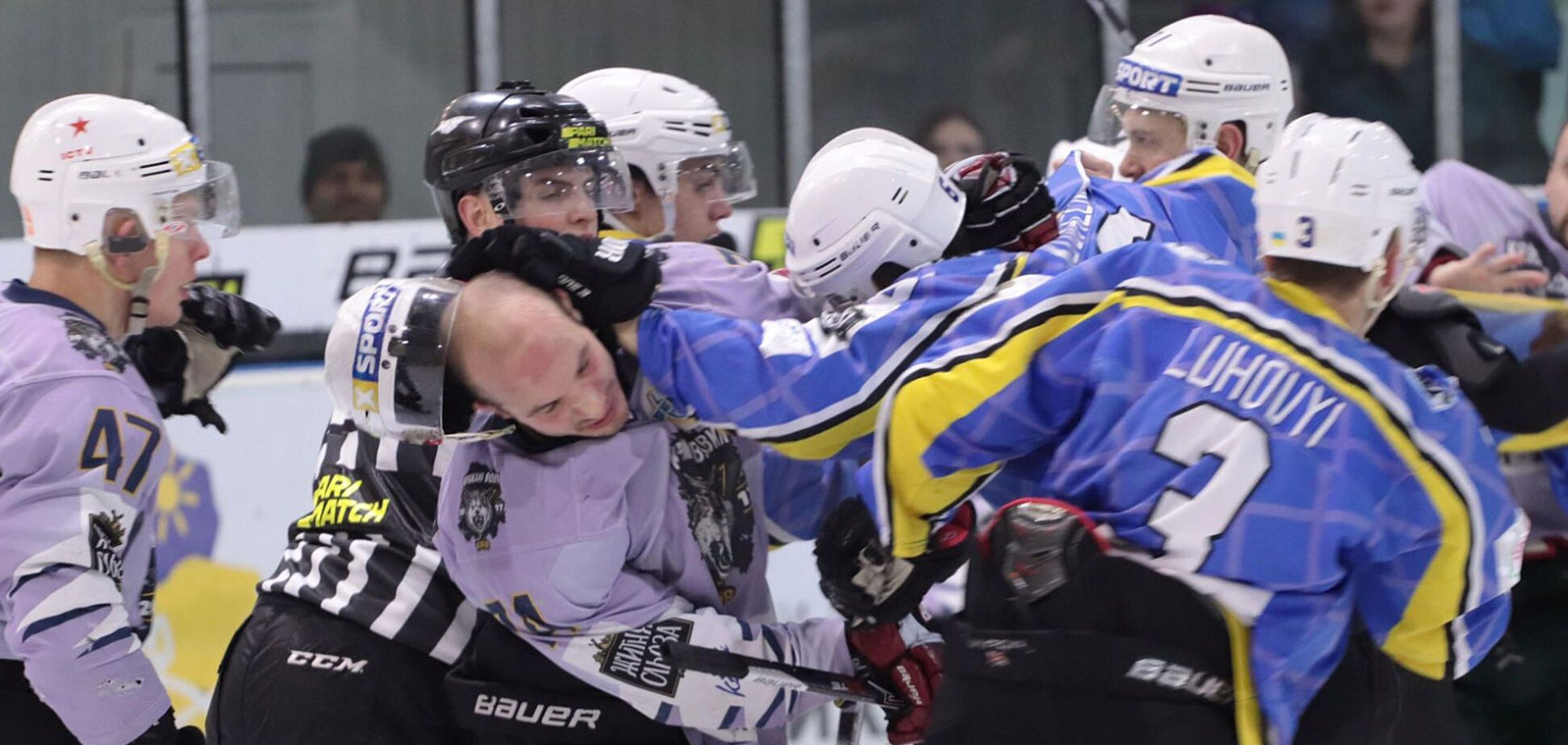 Спровоцировал президент: украинские хоккеисты устроили жестокое побоище