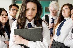 'Вульгарно і некрасиво': директорка розкритикувала школярку через 'товстуваті ноги'