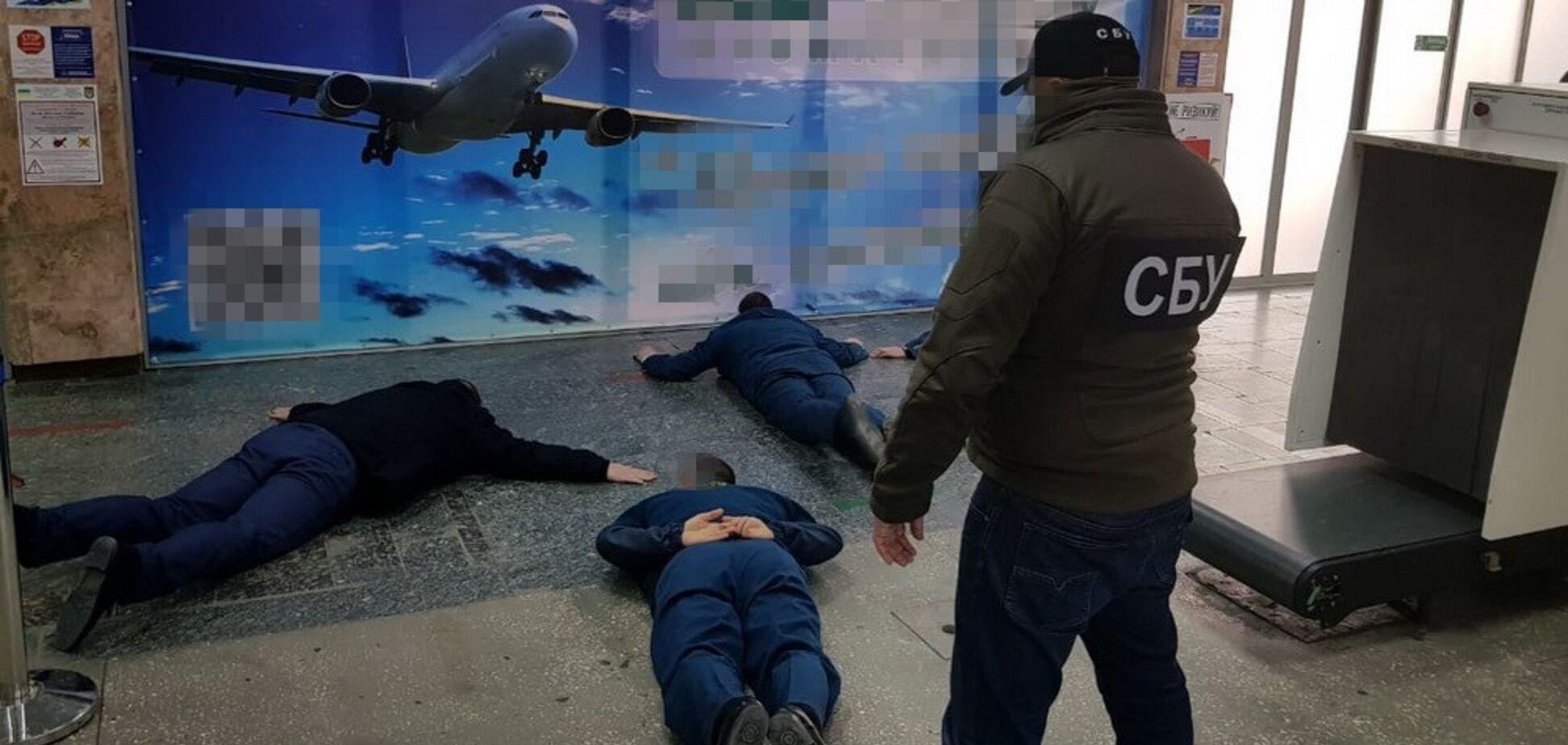 По $4 тысячи за смену: СБУ 'накрыла' банду таможенников-взяточников в аэропорту Херсона