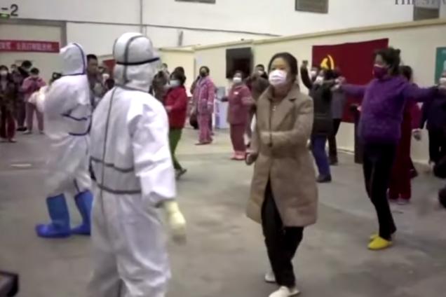 В Китае врачи устроили танцы с больными коронавирусом