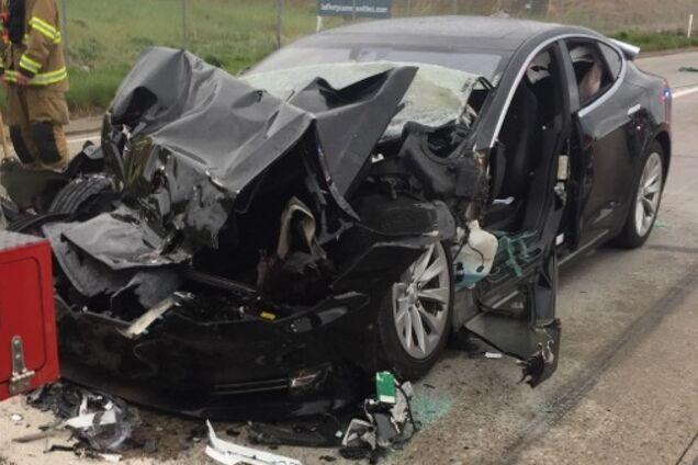 Електромобіль Tesla після аварії