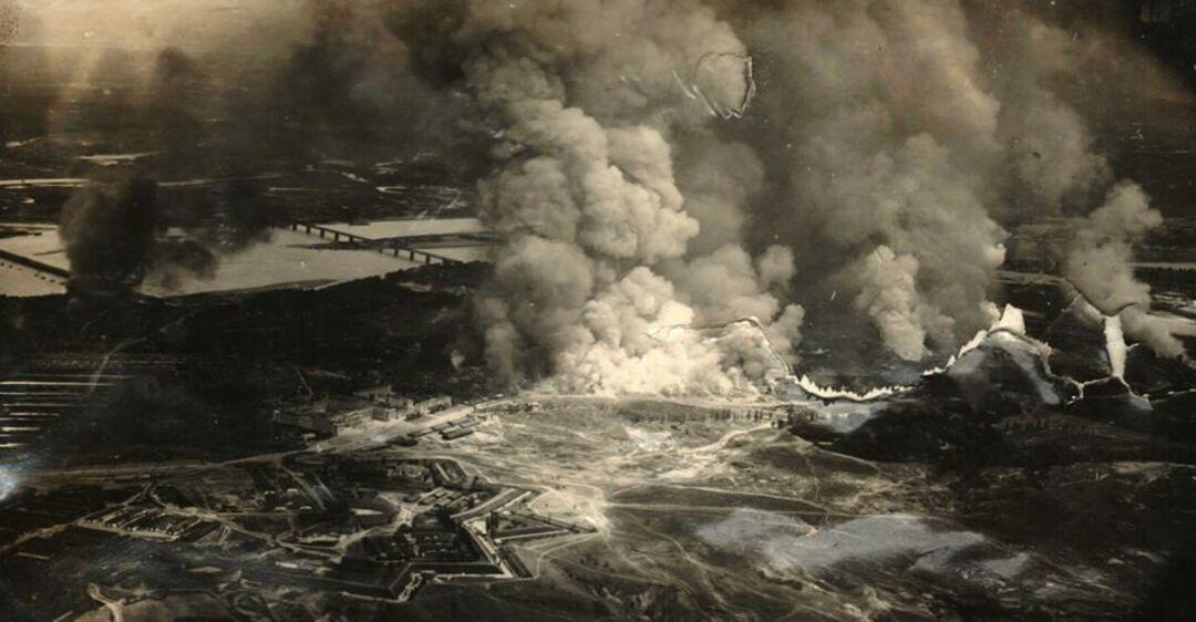Столбы дыма до самого неба: в сети появилось фото мощного взрыва в Кие